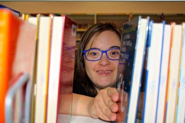 María trabajando en la Biblioteca Rafael Azcona.