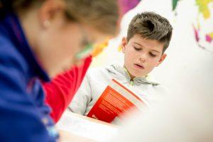 Niño leyendo Lectura Fácil